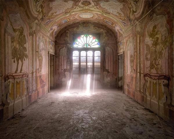 สถาปัตยกรรมอันงดงามของบ้านที่ถูกทิ้งร้าง