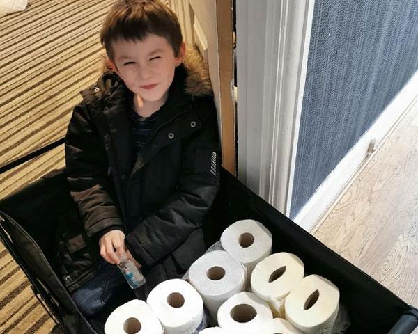 pic เด็กน้อยวัย 7 ขวบสุดน่ารักซื้อทิชชู่แจกผู้สูงอายุ
