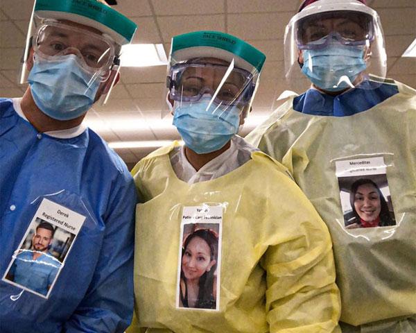 แพทย์ชาวอเมริกันแปะภาพถ่ายของพวกเขาพร้อมรอยยิ้มบนชุดป้องกันเพื่อสร้างความมั่นใจแก่ผู้ป่วย COVID-19
