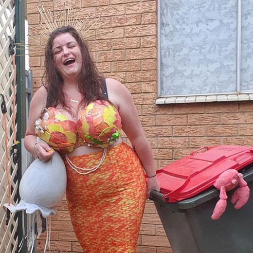 ชาวออสเตรเลีย-จัดเต็ม-ชุด-ออกไปเก็บ-ถังขยะ-หน้าบ้าน